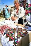 La femme vend les serviettes faites main nationales ukrainiennes Photo libre de droits