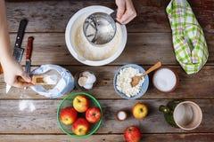 La femme verse la farine dans une cuvette et malaxe la pâte Concept : Cuisson, faisant cuire au four Vue de ci-avant L'espace lib Photographie stock libre de droits