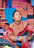 La femme vietnamienne du nord dans l'habillement indigène coloré vend semblable Photographie stock