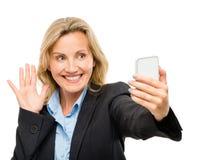 La femme visuelle de téléphone portable de transmission de messages heureuse mûrissent d'isolement sur le petit morceau Photos libres de droits