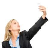 La femme visuelle de téléphone portable de transmission de messages heureuse mûrissent d'isolement sur le petit morceau Photo libre de droits