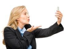 La femme visuelle de téléphone portable de transmission de messages heureuse mûrissent d'isolement sur le petit morceau Images libres de droits