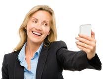 La femme visuelle de téléphone portable de transmission de messages heureuse mûrissent d'isolement sur le petit morceau Image stock