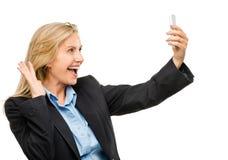 La femme visuelle de téléphone portable de transmission de messages heureuse mûrissent d'isolement sur le petit morceau Images stock