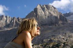 La femme voyageant aux montagnes, avec précision dans les dolomites de Bellune, vers l'ampezzo de ` de Cortina D Photographie stock