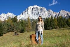 La femme voyageant aux montagnes, avec précision dans les dolomites de Bellune, vers l'ampezzo de ` de Cortina D Photo libre de droits