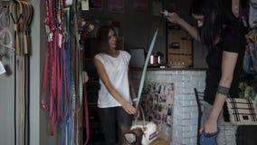 La femmina è venuto acquisto al deposito dell'animale domestico con il husky stock footage