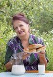 La femmina adulta ed i grafici a torta cotti appetitosi della casa Fotografia Stock