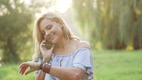La femmina allegra parla attivo sul telefono
