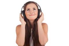 La femmina ascolta musica in cuffie fotografia stock libera da diritti