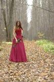 La femmina con è aumentato nella foresta Fotografia Stock