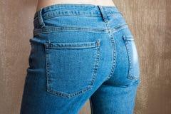 La femmina esile adatta si intromette le blue jeans Natiche della donna in denim fotografia stock libera da diritti