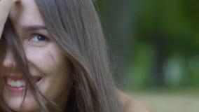 La femmina felice lancia i sorrisi dei capelli, ritiene che la felicità goda degli sguardi di vita in camera lenti video d archivio
