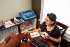 La femmina GEN-x lavora dalla casa Immagini Stock Libere da Diritti