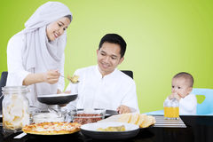 La femmina musulmana serve l'alimento per la famiglia Immagini Stock Libere da Diritti