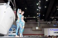 La femmina non identificata modella la vernice di carrozzeria Immagini Stock