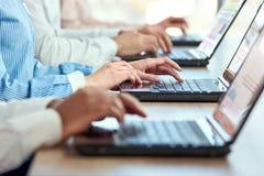 la femmina passa digitare del computer portatile immagini stock
