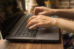 la femmina passa digitare del computer portatile immagine stock