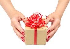 La femmina passa il contenitore di regalo della holding Fotografie Stock