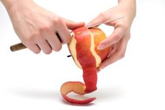 La femmina passa la mela di colore rosso della sbucciatura Immagini Stock