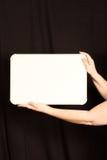 La femmina passa la tenuta dello spazio della copia di Whiteboard Fotografia Stock
