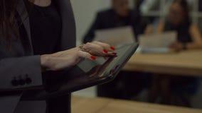 La femmina passa lo schermo commovente della compressa digitale video d archivio
