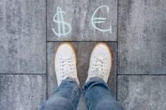 La femmina sceglie l'euro o i simboli di dollaro Fotografia Stock Libera da Diritti