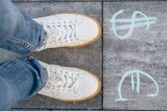 La femmina sceglie l'euro o i simboli di dollaro Fotografie Stock Libere da Diritti