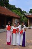 La femmina si laurea la posa per la loro graduazione in abbigliamento vietnamita tradizionale, Ao DAI Immagini Stock Libere da Diritti