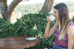 La femmina si siede vicino dallo stagno al tè Canakkale del caffè della bevanda di ora legale in Turchia 2017 Immagini Stock Libere da Diritti