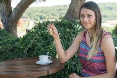 La femmina si siede vicino dallo stagno al tè Canakkale del caffè della bevanda di ora legale in Turchia 2017 Fotografie Stock Libere da Diritti