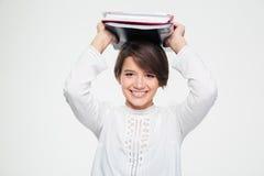 La femmina sorridente del positivo ha messo i foldenrs con i documenti sulla sua testa Fotografie Stock