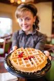 La femmina sostiene una cialda dell'alimento di prima colazione con una forcella Fondo intenzionalmente vago con il fuoco soltant fotografie stock libere da diritti