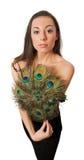 La femmina sottile con il ventilatore della mano del pavone ha isolato Fotografia Stock