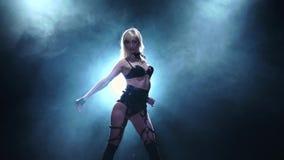 La femmina sta ballando in biancheria sexy Studio fumoso, movimento lento video d archivio