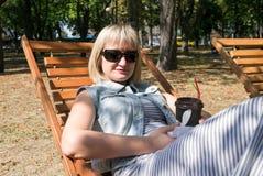 La femmina tiene la tazza di caffè nel giardino Fotografia Stock