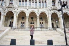 La femmina turistica attraente sta su fondo ai punti del Parlamento fotografie stock libere da diritti