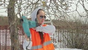 La femminista lavora nel giardino video d archivio