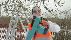 La femminista lavora nel giardino archivi video