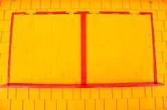 La fenêtre avec le métal shutters sur le mur jaune dans le philipsburg, sint Maarten Façade d'entreprise en salle fermée et petit Photo libre de droits