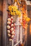 La fenêtre avec le vintage shutters les feuilles jaunes décorées, Ba de fleurs Photos stock