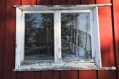 La fenêtre cassée a besoin de maintanance Photo stock