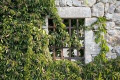 La fenêtre d'une maison abandonnée Photos stock
