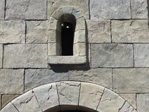 La fenêtre de château est étroite Photo libre de droits