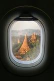 La fenêtre de l'avion avec l'attraction de destination de voyage Myanm Images stock