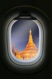 La fenêtre de l'avion avec l'attraction de destination de voyage Myanm Photographie stock libre de droits