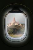 La fenêtre de l'avion avec l'attraction de destination de voyage Myanm Image libre de droits