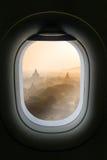 La fenêtre de l'avion avec l'attraction de destination de voyage Myanm Image stock