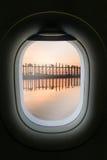 La fenêtre de l'avion avec l'attraction de destination de voyage Myanm Images libres de droits