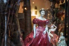 La fenêtre de magasin a montré la porcelaine en céramique beau Statu femelle photographie stock libre de droits